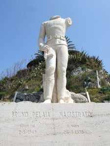 La statue du magistrat dont il est question dans Une Échappée en Calabre