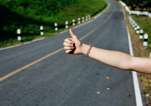 le pouce levé est le signe emblématique de l'auto-stop.
